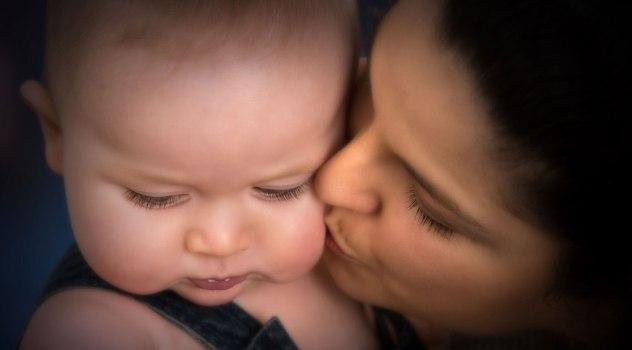 Affetto materno, ecco come le attenzioni di una mamma regolano ansia e peso dei figli